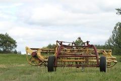 Vieil instrument de ferme dans un pré Photographie stock