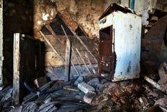 Vieil intérieur abandonné de maison de Chambre de cottage Photographie stock libre de droits