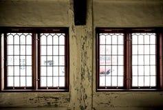 Vieil intérieur avec des fenêtres Photo stock