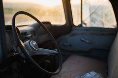Vieil intérieur de camion au coucher du soleil images libres de droits