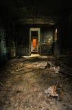 Vieil intérieur de chariot avec s'imposer léger photographie stock libre de droits