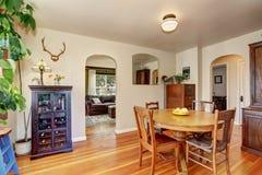 Vieil intérieur de maison Salle à manger avec les meubles antiques photos stock