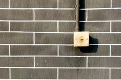 Vieil interrupteur de lampe sur le mur de briques gris, outddor Photo stock