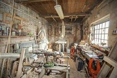 Vieil intérieur traditionnel d'atelier de charpentier Photo libre de droits