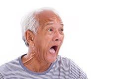 Vieil l'homme choqué, stupéfait, malheureux avec des surfer's observent ou pterygi Images stock