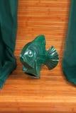 Vieil objet, partie verte de poissons de poterie Image libre de droits