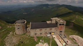 Vieil observatoire abandonné sur le bâti Pip Ivan en montagnes carpathiennes, Ukraine banque de vidéos