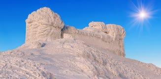 Vieil observatoire neige-recroquevillé images stock