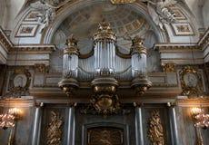 Vieil organe dans l'église photos stock