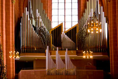 Vieil organe dans l'église chrétienne images stock