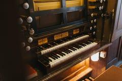 Vieil organe dans une église photo stock
