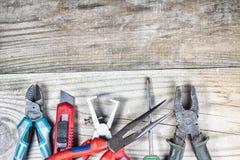 Vieil outil de travail sur un fond en bois Image stock