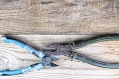 Vieil outil de travail sur un fond en bois Photos libres de droits