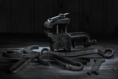 Vieil outil rouillé dans la chambre noire, endroit totalement sombre, jouant avec des lumières, vieille substance, vice, clés sur photographie stock libre de droits