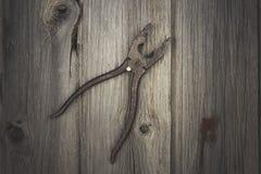 Vieil outil rouillé sur le fond en bois foncé Images libres de droits