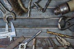 Vieil outil sur de vieilles lamelles rouillées en métal Copyspace Photographie stock