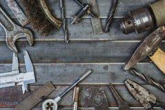 Vieil outil sur de vieilles lamelles rouillées en métal Copyspace Photos libres de droits