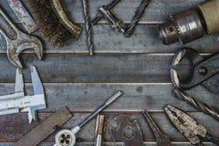 Vieil outil sur de vieilles lamelles rouillées en métal Copyspace Images libres de droits