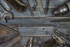 Vieil outil sur de vieilles lamelles rouillées en métal Copyspace Photographie stock libre de droits