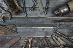 Vieil outil sur de vieilles lamelles rouillées en métal Copyspace Photo libre de droits