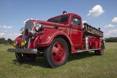Vieil ouvrier chargé des pompes classique de pompe à incendie de Firetruck de cru Image stock