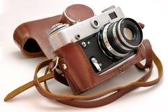 Vieil photo-appareil-photo de film de cru dans le cas en cuir Photos stock