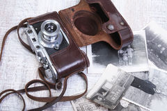 Vieil photo-appareil-photo de film de cru dans le cas en cuir Photographie stock