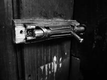 Vieil verrou ou estacade à claire-voie sur une porte en bois images libres de droits
