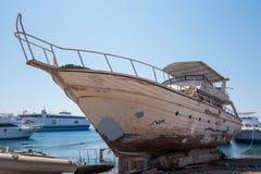 Vieil yacht dans le dock Image libre de droits