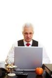 Vieillard avec l'ordinateur portatif Image libre de droits