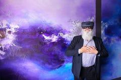 Vieillard immergé dans la réalité virtuelle avec l'aide du special Images libres de droits
