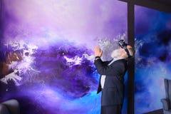 Vieillard immergé dans la réalité virtuelle avec l'aide du special Photos libres de droits