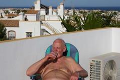 Vieillard refroidissant à l'extérieur avec de la bière froide bonne Photos libres de droits