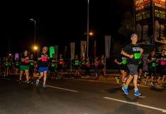 Vieillards parmi de plus jeunes coureurs Images stock
