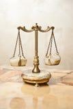 Vieille échelle d'or Échelles d'équilibre de vintage Équilibre d'échelles Échelles d'antiquité, loi et symbole de justice Images libres de droits