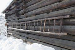 Vieille échelle en bois sur un cottage photos stock