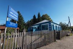 Vieille école où a étudié Vasily Shukshin dans le village de Srostki Altaiskiy Krai La Sibérie occidentale Russie photo libre de droits