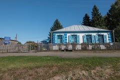 Vieille école où a étudié Vasily Shukshin dans le village de Srostki Altaiskiy Krai La Sibérie occidentale Russie images libres de droits
