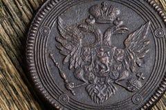 Vieille édition 1804 sur une vieille table en bois, pièce de monnaie en cuivre russe de cuivre de kopecks de la pièce de monnaie  Image stock