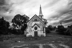 Vieille église abandonnée contre le ciel foncé dramatique, le noir et le blanc image libre de droits