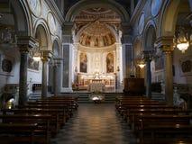Vieille église catholique vide avec les peintures classiques Image libre de droits