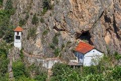 Vieille église dans la roche près de Skopje Images libres de droits