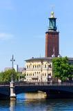 Vieille église de ville sur l'eau Photographie stock
