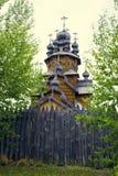Vieille église en bois avec la barrière Photographie stock libre de droits