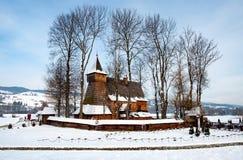 Vieille église en bois dans Debno, Pologne, en hiver Photographie stock libre de droits