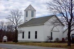 Vieille église en bois de la Nouvelle Angleterre en hiver avec la tour de cloche Photographie stock libre de droits