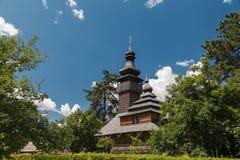 Vieille église en bois de Lemk contre un ciel bleu lumineux avec des nuages Photographie stock