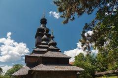Vieille église en bois de Lemk contre un ciel bleu lumineux avec des nuages Images stock