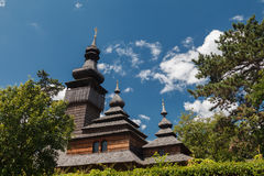 Vieille église en bois de Lemk contre un ciel bleu lumineux avec des nuages Photos libres de droits