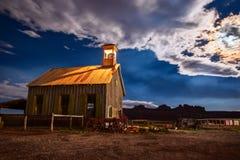 Vieille église en bois la nuit sous le clair de lune images libres de droits